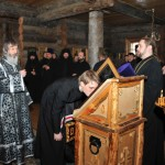 Поклонение иконе со святыми мощами преподобного Трифона