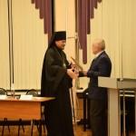 Вручение епископу Митрофану благодарственного письма губернатора Мурманской области Марины Ковтун.