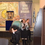Участники круглого стола знакомятся с книгами Владыки Митрофана.
