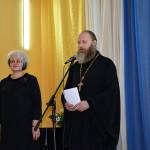 Священник отец Дионисий благословил участников конкурса на достойное выступление.